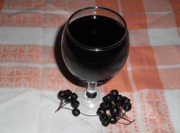 Вино из черноплодной рябины - рецепт домашнего напитка простой в приготовлении. В какую погоду заготавливать сырье и как сделать из замороженной ягоды?